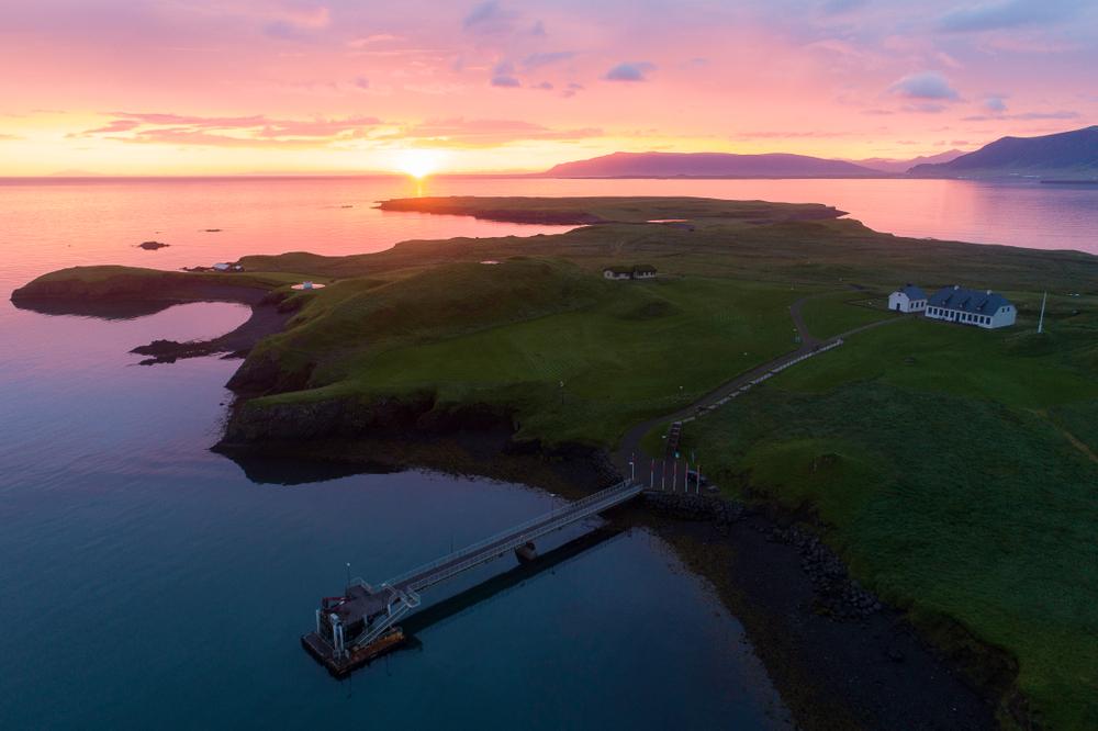 Vista aérea de la la isla de Viðey en el atardecer