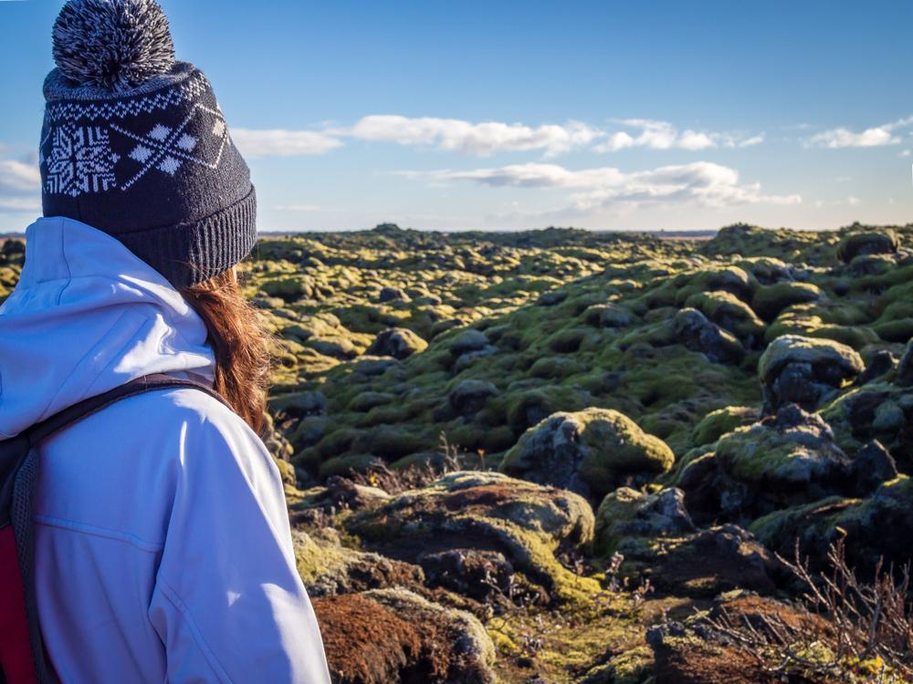 Chica visitando el campo de lava de Eldhraun