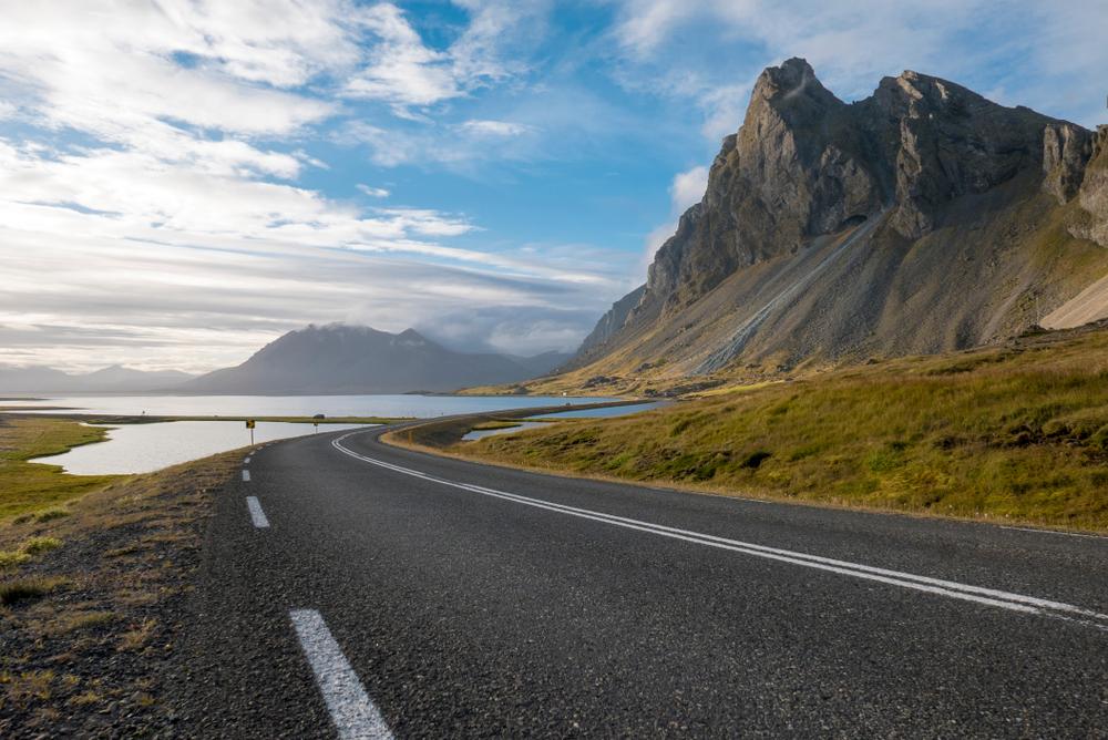 Carretera pintoresca para conducir en Islandia en los fiordos orientales