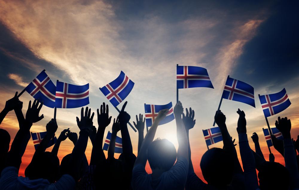Pueblo islandés con banderas - Demografía de Islandia