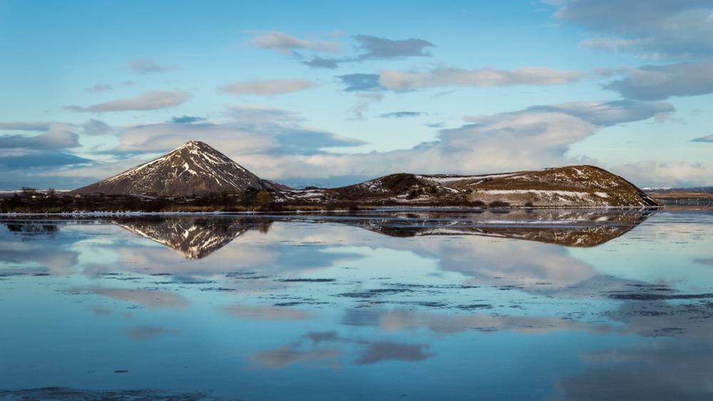 Reflejo azul de las aguas del lago Myvatn