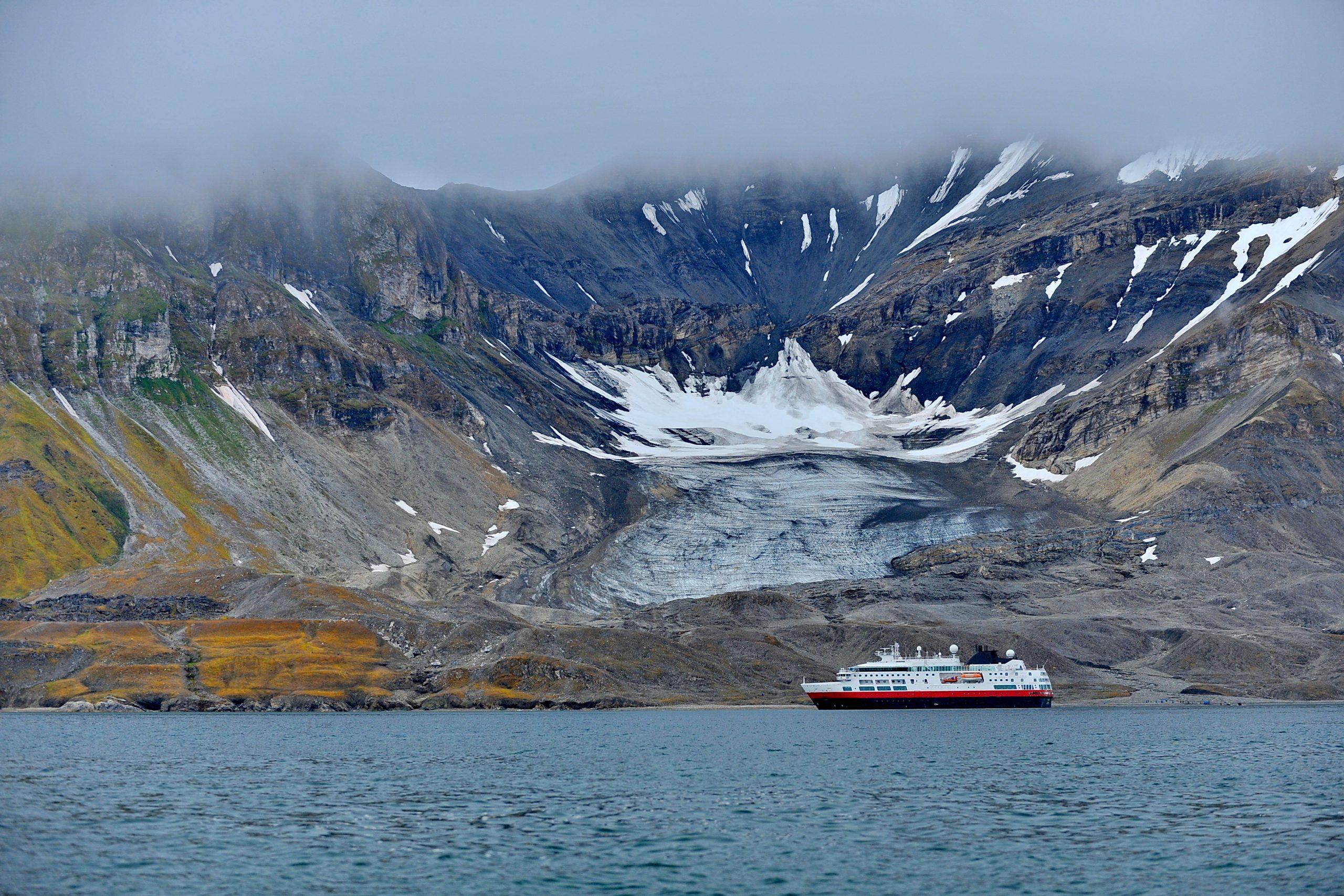 Barco navegando en aguas islandesas -Los cruceros más populares de Islandia
