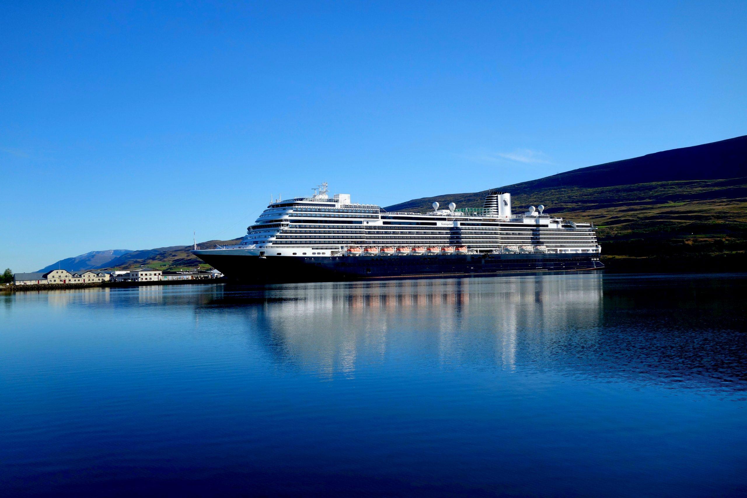 Buque atracado en Islandia - Los cruceros más populares de Islandia