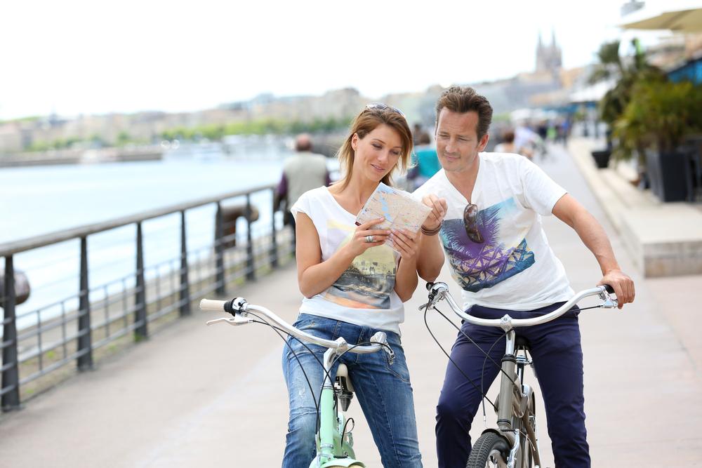 Pareja haciendo un tour en bicicleta por reikiavik