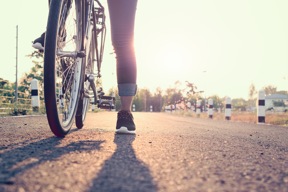 Chica paseando en bicicleta por las calles de Reikiavik