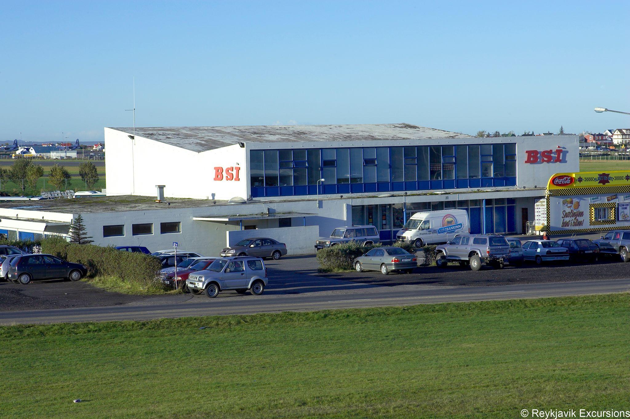 fachada de la estación de autobuses de Reikiavik