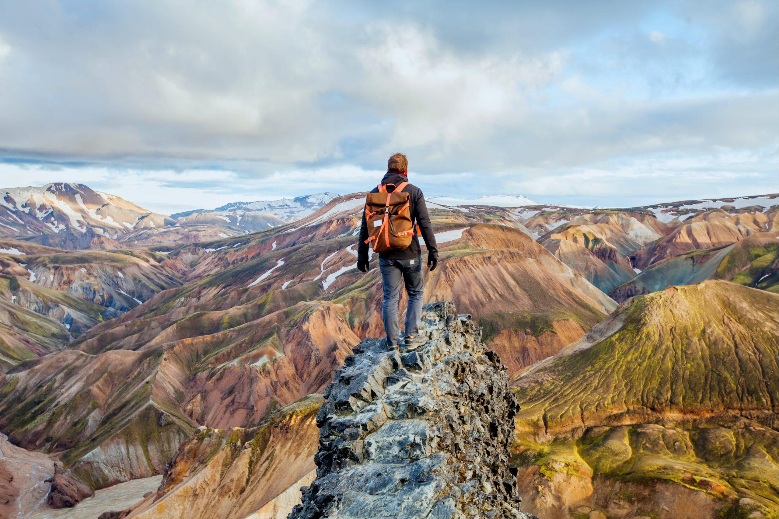 Turista contemplaba las montañas de Landmannalaugar - La cascada más alta de Islandia