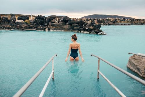 Turista bañándose en el Myvatn Nature Bath - Circuitos Islandia: ¿Qué rutas hay por la isla?