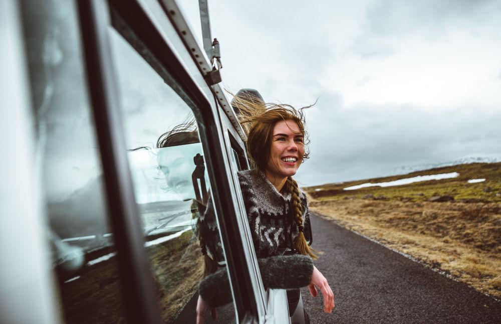 chica viajando por islandia feliz: joyscroll