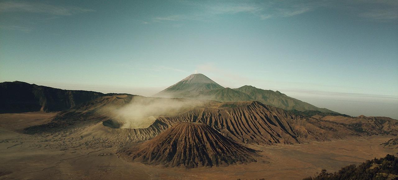 Conjunto de montañas y picos de volcanes en Islandia